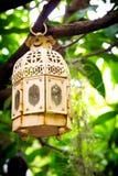 Castiçal antigo que pendura de uma árvore imagens de stock
