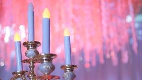 Castiçal de bronze - candelabros de bronze antigos decorativos com vela branca brilhantemente iluminada da coluna filme