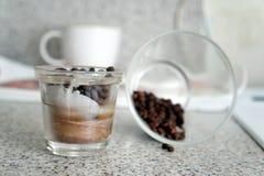 Castiçal de vidro com os feijões de café para a inspiração e a beleza Imagens de Stock