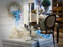 Castiçal decorado em um aparelhador branco imagens de stock royalty free
