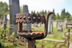 Castiçal do ferro no cemitério abandonado Imagens de Stock