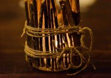 Castiçal rústico com luz ardente Imagem de Stock