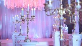 Castiçal velho na tabela, decorações do vintage do casamento filme