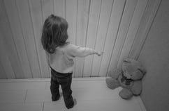 Castiga, pone en la esquina de la muchacha del oso del juguete, niño Fotografía de archivo