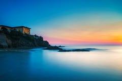 Castiglioncello vaggar gammal byggnad på och havet på solnedgång Tus Royaltyfri Bild