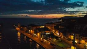 Castiglione della Pescaia på natten, flyg- sikt efter solnedgång royaltyfria foton