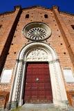 Castiglione Italie la vieille tour de cloche d'église de terrasse de mur image libre de droits