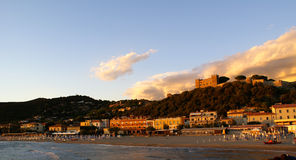 Castiglione y su castillo en la colina Imágenes de archivo libres de regalías