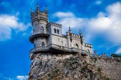 Castillo al borde de un acantilado cerca del mar Imagenes de archivo