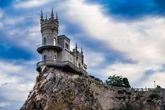 Castillo al borde de un acantilado cerca del mar imágenes de archivo libres de regalías