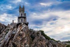 Castillo al borde de un acantilado cerca del mar Foto de archivo