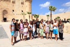 Turistas de Alexandría del castillo de Qaetbay   Fotos de archivo