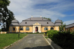 Castillo amarillo y cielo azul en Hungría Fotografía de archivo