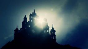 Castillo asustadizo del estilo de Europien en un top de una montaña en un día de niebla ilustración del vector