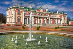 Castillo barroco del estilo en Kadriorg Tallinn imagen de archivo libre de regalías
