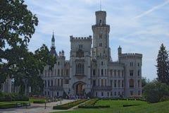 Castillo blanco hermoso Hluboka nad Vltavou, Bohemia del sur del renacimiento Mañana del verano Fotos de archivo libres de regalías
