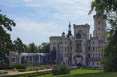 Castillo blanco hermoso Hluboka nad Vltavou, Bohemia del sur del renacimiento Mañana del verano Imagen de archivo