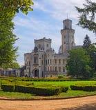 Castillo blanco hermoso Hluboka nad Vltavou, Bohemia del sur del renacimiento Mañana del verano Imagenes de archivo
