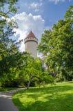 Castillo blanco restaurado hermoso con las tejas rojas y el cielo azul en República Checa imágenes de archivo libres de regalías