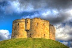 Castillo BRITÁNICO de la atracción turística de la torre del ` s de York Clifford en HDR colorido Fotografía de archivo
