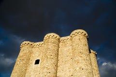 Castillo con las nubes de tormenta fotografía de archivo