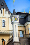 Castillo con una torre y un reloj Imágenes de archivo libres de regalías