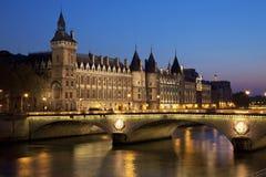 Castillo Conciergerie y puente del cambio Fotos de archivo libres de regalías