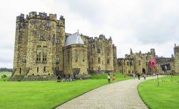 Castillo de Alnwick dentro de las paredes con los visitantes, el 2 de agosto de 2016 - en el condado inglés de Northumberland imágenes de archivo libres de regalías