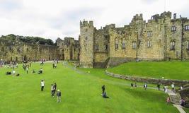 Castillo de Alnwick dentro de las paredes, el 2 de agosto de 2016 - en el condado inglés de Northumberland fotografía de archivo