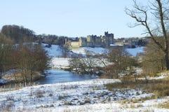 Castillo de Alnwick en nieve de los inviernos imagen de archivo libre de regalías