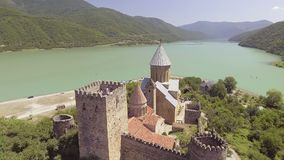 Castillo de Ananuri con la iglesia en el banco del lago, Georgia almacen de metraje de vídeo