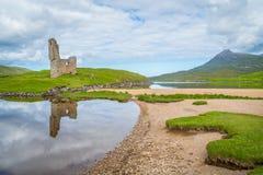 Castillo de Ardvreck, castillo arruinado cerca del lago Assynt en Sutherland, Escocia Foto de archivo