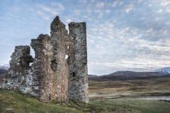 Castillo de Ardvreck en el lago Assynt en Escocia Foto de archivo