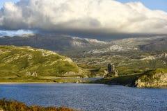 Castillo de Ardvreck en las orillas del lago Assynt, construidas por el clan MacLeod y destruidas por el clan MacKenzie, Sutherla Foto de archivo