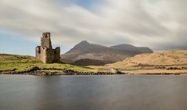 Castillo de Ardvreck, lago Assynt, montañas Escocia Imagen de archivo libre de regalías