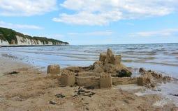 Castillo de arena en la línea de la playa Imagen de archivo libre de regalías