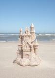 Castillo de arena por la marea del océano Fotografía de archivo libre de regalías