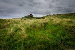 Castillo de Bamburgh en la costa de Northumberland foto de archivo libre de regalías