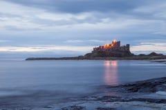Castillo de Bamburgh, Northumberland, Inglaterra en el amanecer imagen de archivo