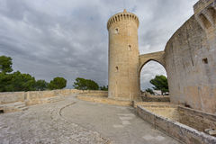 Castillo de Bellver en Majorca con la torre, granangular Imágenes de archivo libres de regalías