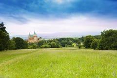 Castillo de Bojnice de las colinas imagen de archivo libre de regalías