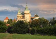 Castillo de Bojnice en la puesta del sol fotos de archivo