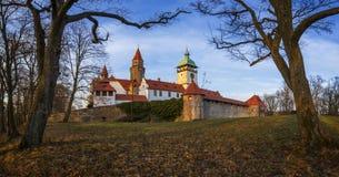 Castillo de Bouzov en República Checa fotos de archivo