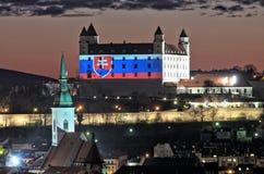 Castillo de Bratislava con la bandera nacional Foto de archivo libre de regalías