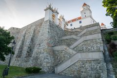 Castillo de Bratislava visto de abajo Fotografía de archivo
