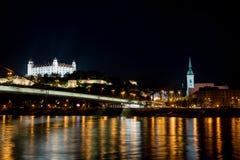 Castillo de Bratislava y catedral del ` s de San Martín imagen de archivo