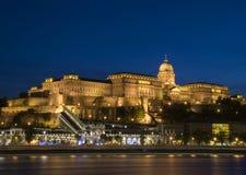 Castillo de Buda en Budapest en la hora azul Fotos de archivo