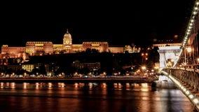 Castillo de Budapest y puente de cadena en la noche foto de archivo