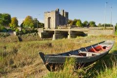 Castillo de Bunratty con el barco en el río Imagenes de archivo