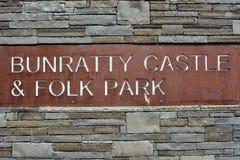 Castillo de Bunratty y muestra del parque foto de archivo libre de regalías